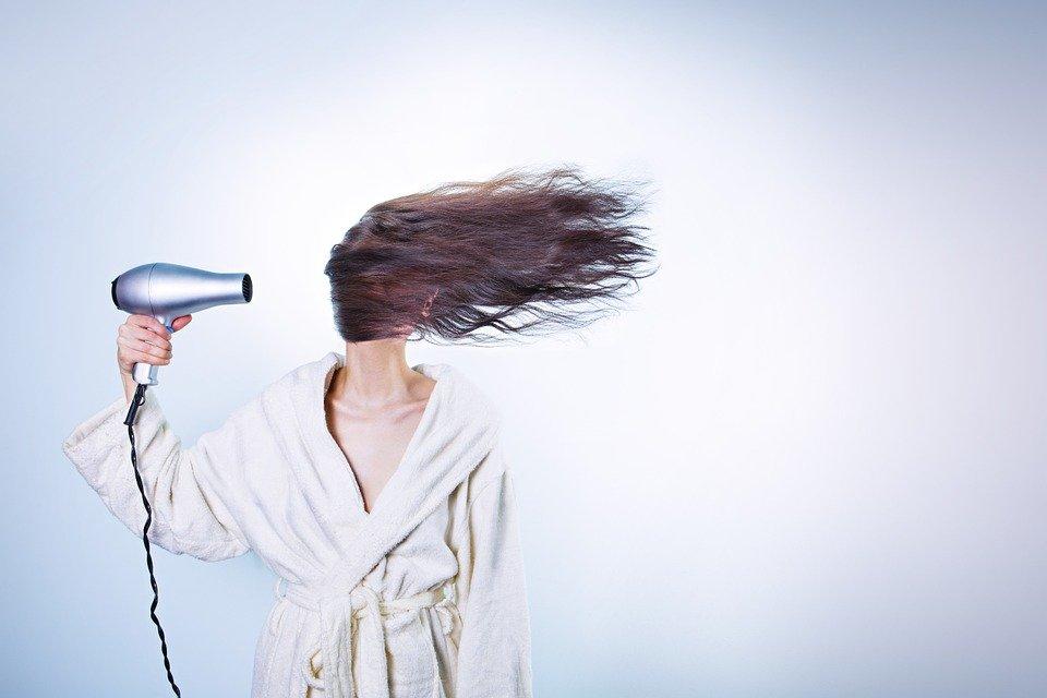 Évitez de frotter vos cheveux avec une serviette de bain